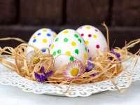 Készíts egyszerűen fehér tojást, majd díszítsétek együtt filccel vagy festékkel!